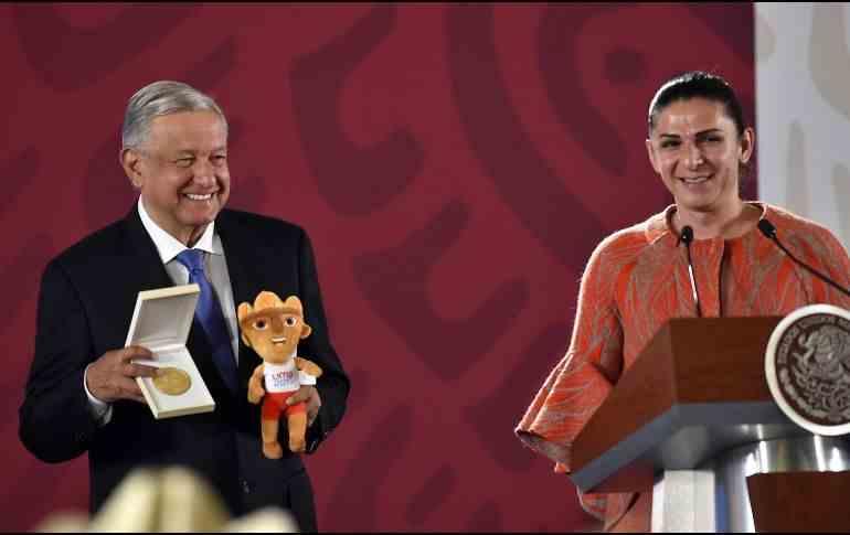 , Ana Guevara da medalla conmemorativa a López Obrador