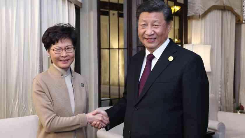 , China da espaldarazo a jefa de Hong Kong
